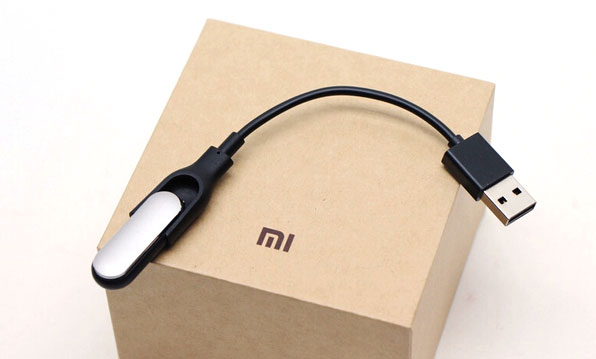 Charging the Mi-Band with the USB cable