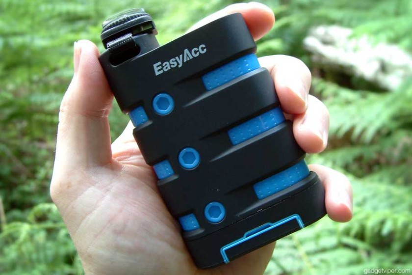 The waterproof EasyAcc power bank aan ideal portable phone charger for hiking