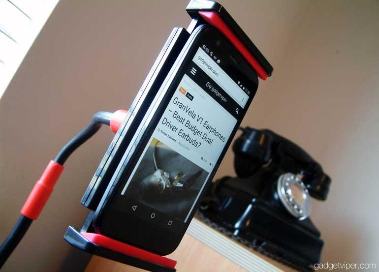The EasyAcc gooseneck lazy mount retaining a phone