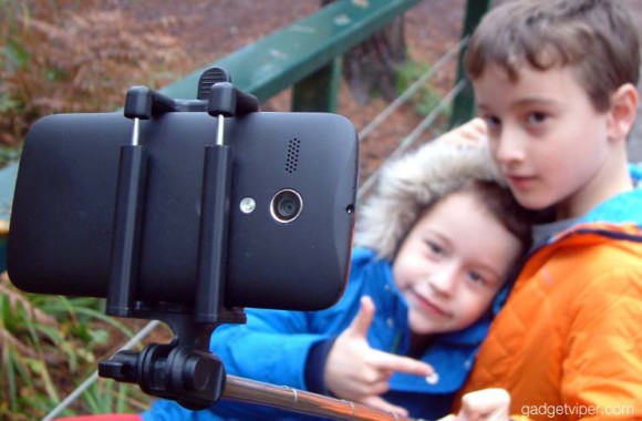 The sprung loaded adjustable head on the EasyAcc bluetooth selfie stick