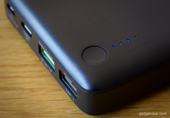 A view of the battery status lights on the RAVPower quick charge 3.0 power bank