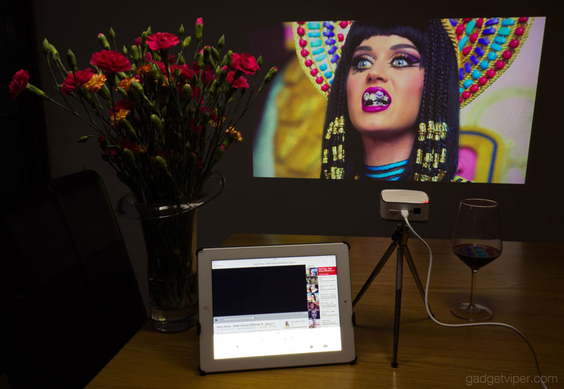 Using Apple AIRPLAY to cast YouTube on the PURIDEA Mini projector