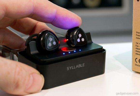 Charging the Syllable D900 Mini earbuds