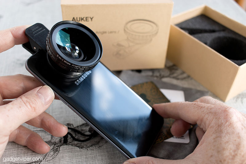 The Aukey 2-in-1 clip-on smartphone camera lens fitted to the Samsung Galaxy S7 Edge