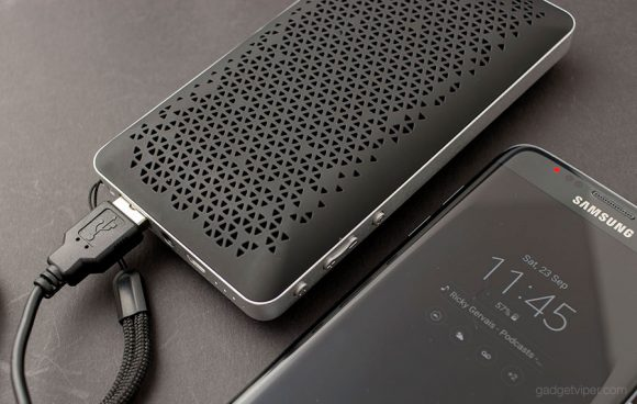 Using the AUKEY SK-A2 as a portable phone charger