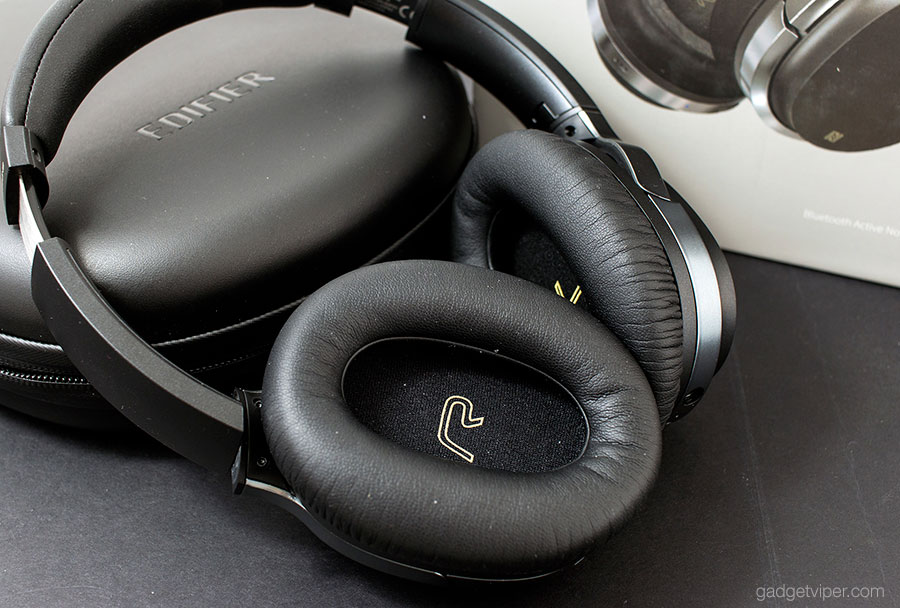 The left-right identification on the earcups of the Edifier W860NB active noise cancelling headphones